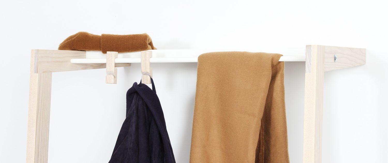 eigenart designstudio-anlehngarderobe-design-schöne garderobe-holz-metall-holz und metall-esche-weiß pulverbeschichtet